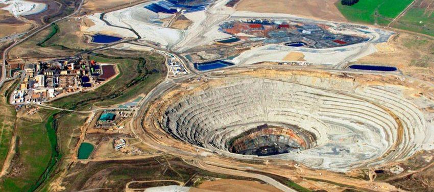 Mine-a-ciel-ouvert-de-cuivre-plomb-zinc-de-Las-Cruces-en-Espagne-Cliche.png