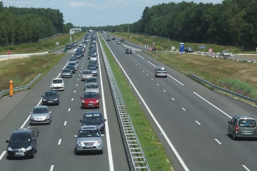 7785390697_trafic-routier-sur-une-autoroute-illustration